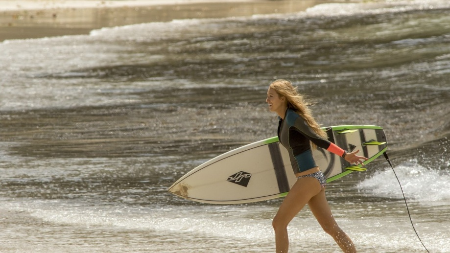 """Hai-Alarm an der Küste: Blake Lively in """"The Shallows"""". (Quelle: dpa/Sony Pictures)"""