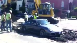 Porsche bleibt in nassem Zement stecken. (Screenshot: itsVision)