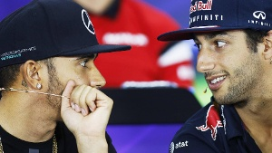 Lewis Hamilton (links) und Daniel Ricciardo, hier ein Archivbild aus April 2015. (Quelle: imago/LAT Photographic)