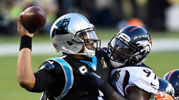 American Football: NFL-Champion Denver Broncos gewinnen gegen die Panthers. Die Broncos Defensive stoppt Quarterback-Star Cam Newton von den Carolina Panthers.