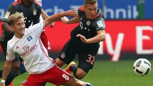 Kimmich im Duell mit Hamburgs Holtby (Quelle: dpa)