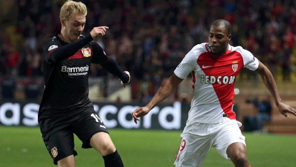 Champions League: Bayer Leverkusen holt nur Remis bei AS Monaco. Julian Brandt (li.) im Zweikampf mit Djibril Sidibe. (Quelle: Reuters)