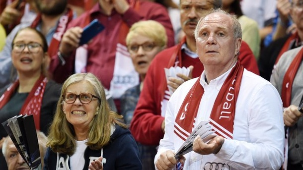 Basketball: Uli Hoeneß träumt von Basketball in Allianz Arena. Uli Hoeneß träumt von einem Basketball-Freiluftspiel vor 50 000 Zuschauern in der Allianz Arena.