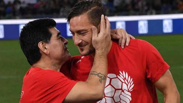 """United for Peace"": Maradona und Totti kicken gegen Ronaldinho. Maradona (l) und Francesco Totti nehmen am Benefizspiel ""Match of Peace - United for Peace"" in Rom teil."