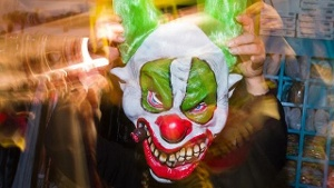 Halloween in Kitzingen: Horror-Clown attackiert Frauen mit Schlagstock