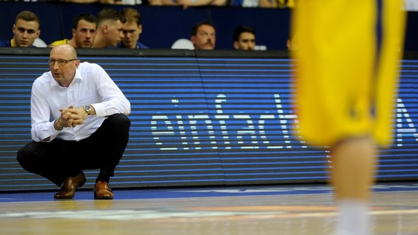 Basketball: Oldenburg gibt in Champions League Sieg aus der Hand. Oldenburgs Trainer Mladen Drijencic hockt am Rande des Spielfeldes.