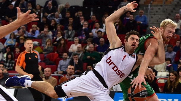 Basketball: Brose Bamberg mit Auswärtsniederlage in der Euroleague. Ins Straucheln geraten: Fabien Causeur (links) verlor mit Brose Bamberg in der Euroleague in Spanien. (Quelle: dpa)
