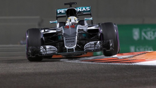 Pole Position in Abu Dhabi! Hamilton schockt Rosberg. Lewis Hamilton in seinem Mercedes. (Quelle: imago/Crash Media Group)