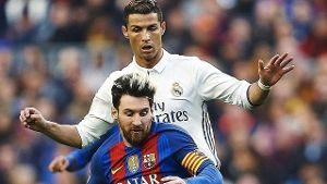 Real Madrids Cristiano Ronaldo (hinten) im Duell mit Barcas Lionel Messi.