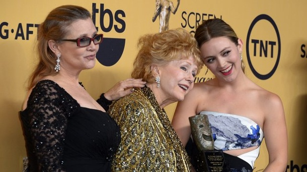 Tochter von Carrie Fisher: Billie Lourd trauert um Mutter und Oma. Carrie Fisher (l-r), ihre Mutter Debbie Reynolds und Billie Lourd 2015 in Los Angeles.