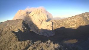 Der Vulkan Turrialba speit Asche in Costa Rica.