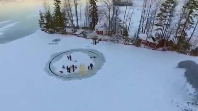 Coole Attraktion: Eiskarussell in Finnland. (Screenshot: Reuters)