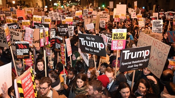 Scharfer Protest und Klage gegen USA-Einreiseverbot von Donald Trump. Demonstranten protestieren in der Downing Street 10 in London gegen das US-Einreiseverbot.