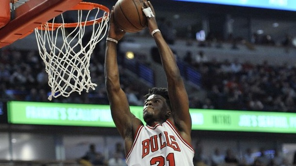 Basketball: Chicago Bulls siegen ohne NBA-Rookie Zipser gegen Boston. Chicagos Jimmy Butler dunkt gegen Boston.