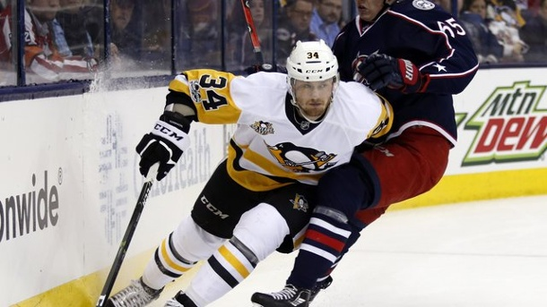 Eishockey: Kühnhackl verliert mit Pittsburgh in Columbus. Tom Kühnhackl (l) von den Pittsburgh Penguins in Aktion gegen Markus Nutivaara von den Columbus Blue Jackets.