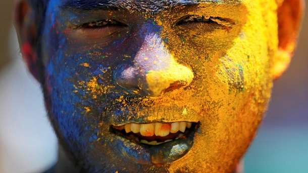 """Google Doodle feiert Holi Frühlingsfest. A boy with his face smeared in coloured powder, is seen during Holi, the Festival of Colours organised by """" Colombo Indians"""", Indians who live in Colombo (Quelle: Reuters)"""