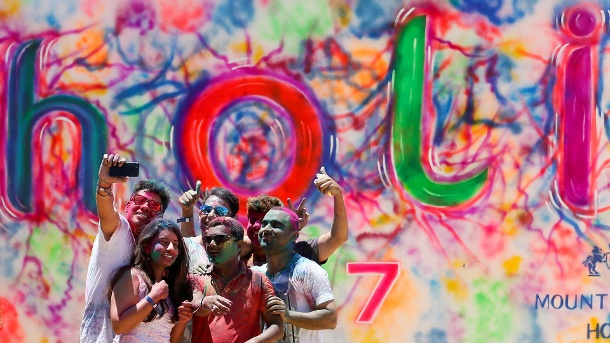 """A group of youths take selfies during Holi, the Festival of Colours organised by """"Colombo Indians"""", Indians who live in Colombo, in Colombo (Quelle: Reuters/Dinuka Liyanawatte)"""