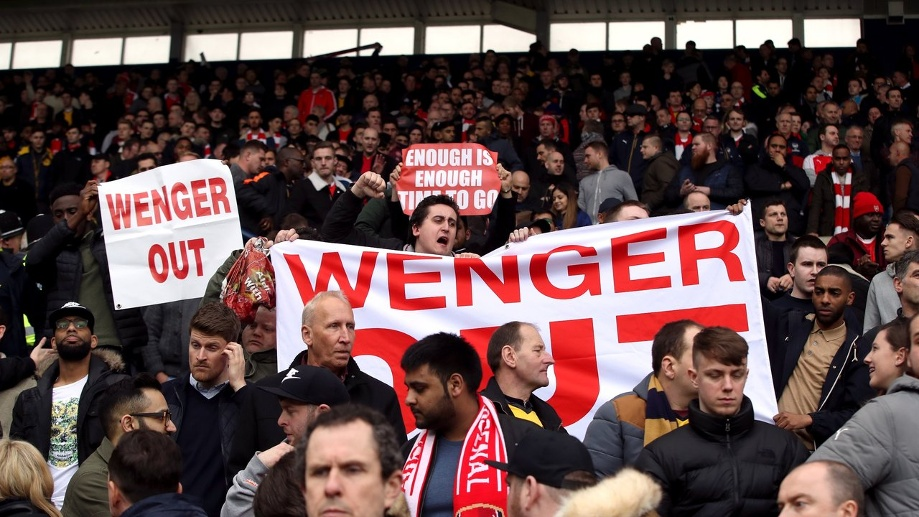 "Arsenal-Fans protestieren mit ""Wenger out""-Transparenten gegen den Trainer. (Quelle: dpa/Nick Potts)"