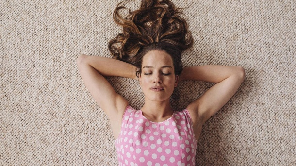 Wie Filme bei Netflix - nur sehr langweilig. Woman lying on carpet with closed eyes model released Symbolfoto property released PUBLICATIONxINxGE (Quelle: imago)