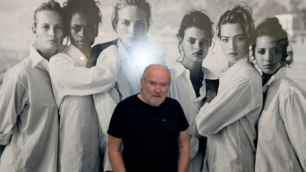 "Fotografie: Große Lindbergh-Schau in München. Peter Lindbergh in der Ausstellung ""Peter Lindbergh - From fashion to reality"" vor seinem Foto ""White Shirts (Class of '88) in der Hypo Kunsthalle."