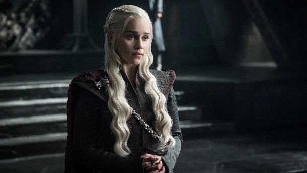 "Emilia Clarce als Drachenkönigin Daenerys Targaryen - ""Game of Thrones"" (Quelle: Helen Sloan / HBO)"
