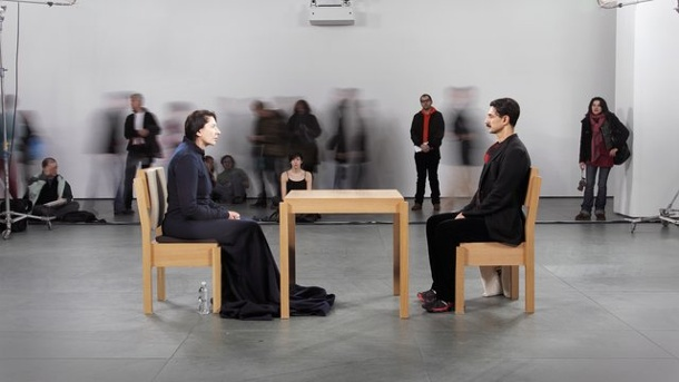 "Kunst: Abramovic-Retrospektive in Dänemark. Marina Abramovic (l) bei der Performance ""The Artist is Present"" im Museum of Modern Art New York."