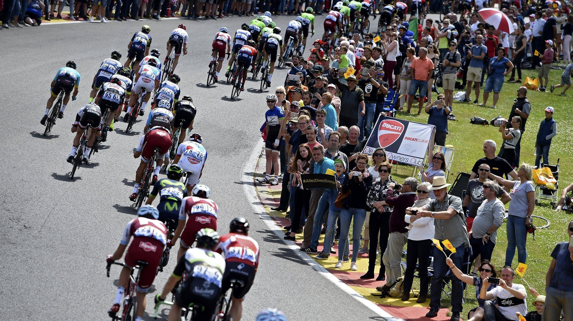 9. Etappe: Nantua - Chambéry Tour de France im Live-Ticker. LONGWY LUXEMBOURG JULY 3 Illustration picture of the peloton passing on the famous race circuit (Quelle: Photo News Panoramic)