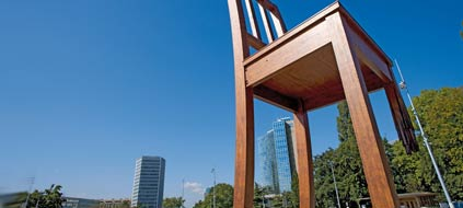 """Broken Chair"" Skulptur auf dem Platz der Nationen in Genf (Foto: C. Schürpf/Swiss image)"