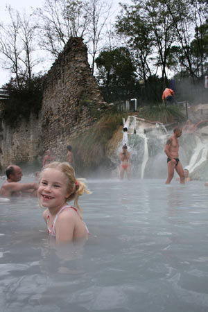 Petriolo in der Toskana: Baden in 40 Grad warmem Thermalwasser. (Foto: H.-W. Rodrian/srt)