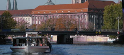 urlaub berlin mit dem hausboot auf der spree. Black Bedroom Furniture Sets. Home Design Ideas