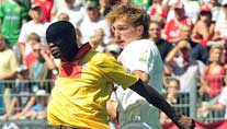 Augsburger de Roeck (r.) im Duell mit Berlins Younga-Mouhani. (Foto: dpa)