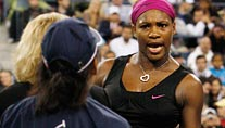 Serena Williams beschimpft die Linienrichterin. (Foto: Reuters)