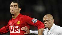 Paul Konchesky (r.) im Duell mit Cristiano Ronaldo (Foto: Reuters)