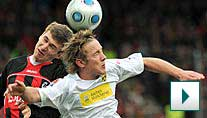 Freiburgs Schwaab (l.) im Duell mit Aachens Holtby. (Foto: dpa)