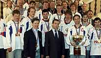 Russlands Präsident Dimitri Medvedev empfängt den Eishockey-Weltmeister 2008, die russische Nationalmannschaft. (Foto: imago)