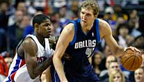 Detroits Amir Johnson (li.) attackiert Dallas' Dirk Nowitzki. (Foto: Reuters)