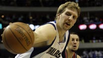 Dirk Nowitzki und die Dallas Mavericks besiegen die Milwaukee Bucks. (Foto: AP)