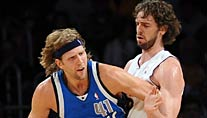 Dallas Mavericks-Star Dirk Nowitzki (li.) im Duell mit Lakes Forward Pau Gasol (Foto: dpa)
