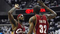 Triple-Double-Mann Lebron James (li.) und Joe Smith (Foto: Reuters)