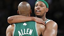Paul Pierce (re.) feiert mit Ray Allen den dritten Sieg der Boston Celtics. (Foto: Reuters)