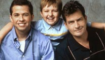 "Jon Cryer, Angus T. Jones und Charlie Sheen (v.li.) in ""Two And A Half Men"" (Foto: Allstar)"
