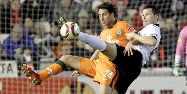 Europa League: Werder Bremen spielt remis in Valencia. Valencias David Navarro (re.) attackiert Claudio Pizarro im Strafraum. (Foto: Reuters)