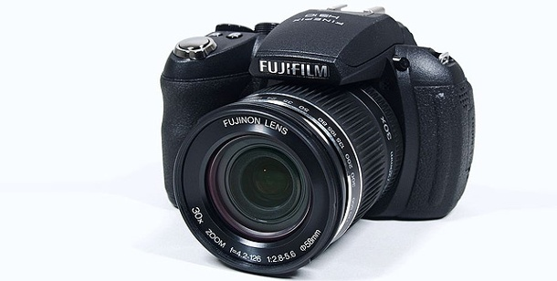 Fujifilm Finepix HS10: Bridge-Digitalkamera im Test. Fujifilm Finepix HS10 im Test (Foto: pcwelt)