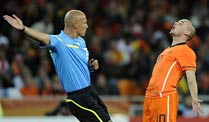 . Referee Howard Webb trieb Holland in Rage. (Foto: imago)