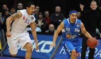 Skyliners Frankfurt siegen in Göttingen. Frankfurts DaShaun Wood (re.) behauptet den Ball gegen John Little. (Foto: imago)