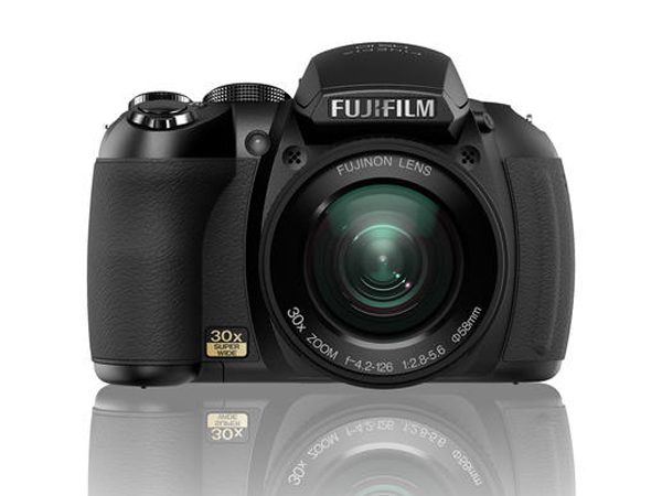 die fujifilm hs10 ist eine bridgekamera mit einem 30 fachen monsterzoom die kamera hielt sich. Black Bedroom Furniture Sets. Home Design Ideas