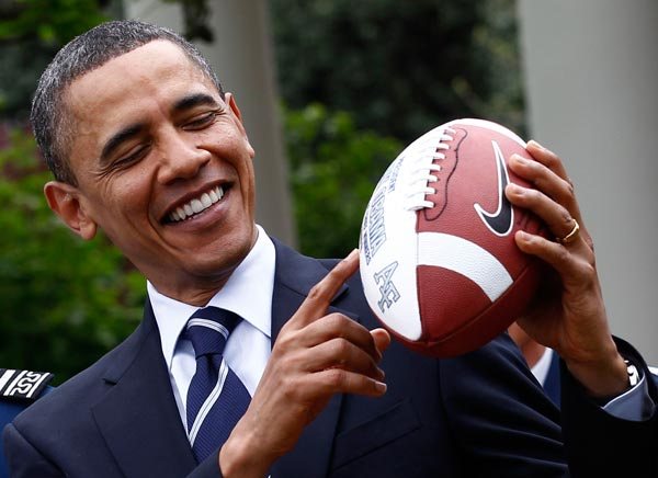 "US-Präsident Barack Obama ist eigentlich überzeugter Basketballer. Doch bei der Preisvergabe des ""Commander-in-Chief-Pokals"" für das Football-Team der Air Force Academy nimmt er auch mal einen Football in die Hand. (Foto: Reuters)"