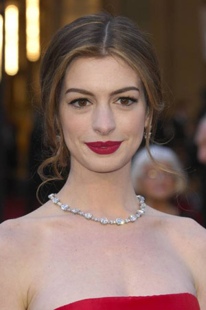 Klassisches Make-up bei Anne Hathaway  (Quelle: imago images)