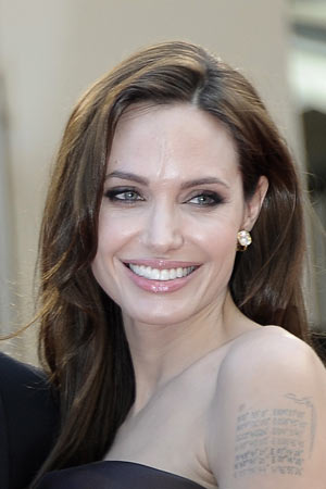 Glamour-Make-up bei Angelina Jolie in Cannes (Quelle: dpa)