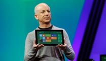 Windows 8 Picture Password ist unsicher wie ein Kinderspielzeug. Microsoft-Manager Steven Sinofsky stellt Windows 8 vor. (Quelle: dpa)
